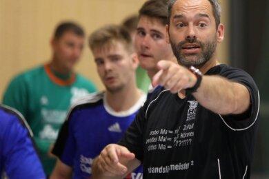 Mario Schuldes, Trainer des HC Glauchau/Meerane, setzt neben klaren Anweisungen auch auf Videostudium beim Training.