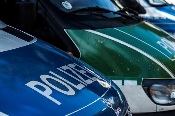 Sattelzug rutscht in Straßengraben: Bundesstraße gesperrt
