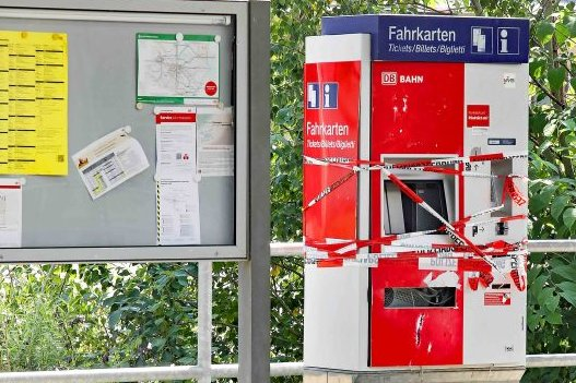 Unbekannte haben auf dem Crimmitschauer Bahnhof einen der beiden Fahrkartenauomaten gesprengt.