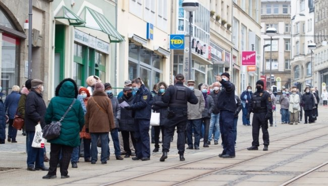 Die Polizei prüfte an der Plauener Bahnhofstraße die Einhaltung der Maskenpflicht und Abstandsregeln. Verstöße wurden nicht bekannt.