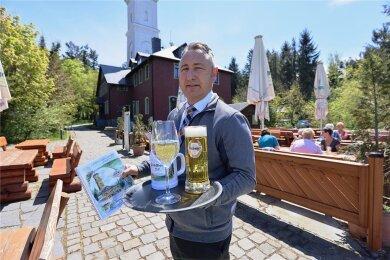 Endlich: Gaston Deckert darf im Biergarten am Berghotel und Panorama-Restaurant Pöhlberg in Annaberg-Buchholz wieder Gäste begrüßen. Und die freuen sich.