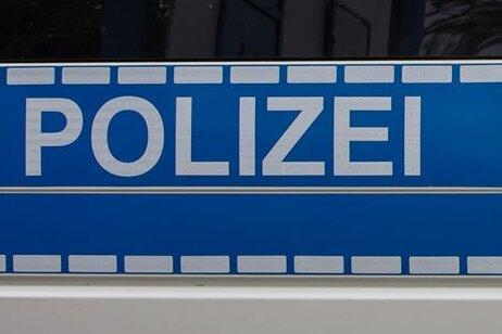 Altenberg: Auto rollt auf Gleise und wird von Zug erfasst
