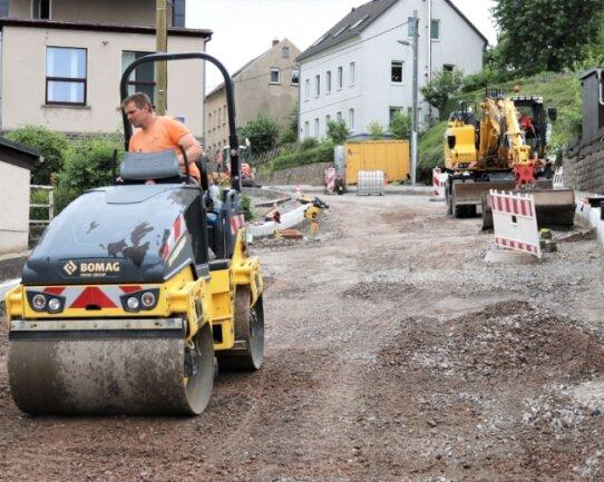 An der Leubsdorfer Hauptstraße mussten die Bauarbeiter nachbessern: Der Regen hatte die am Hang liegende Baustelle geflutet. Der Frostschutz musste erneuert werden.