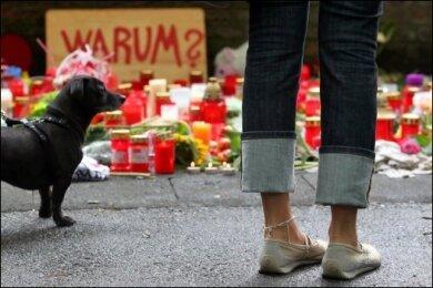 Nach der Katastrophe bei der Duisburger Loveparade mit 19 Toten ist die Zahl der Verletzten auf mehr als 500 gestiegen. Ein Opfer schwebte zwei Tage nach der Tragödie noch in Lebensgefahr.