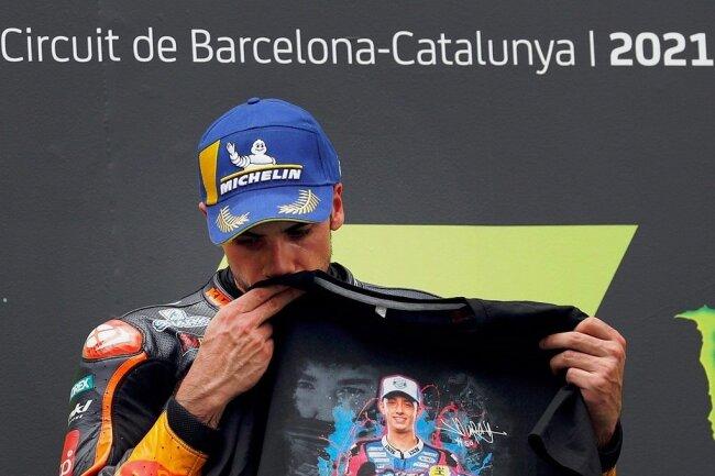 Eine bewegende Szene am Sonntag in Barcelona. MotoGP-Sieger Miguel Oliveira aus Portugal küsst auf dem Siegerpodest tiefergriffen ein Shirt mit dem Bildnis von Jason Dupasquier.