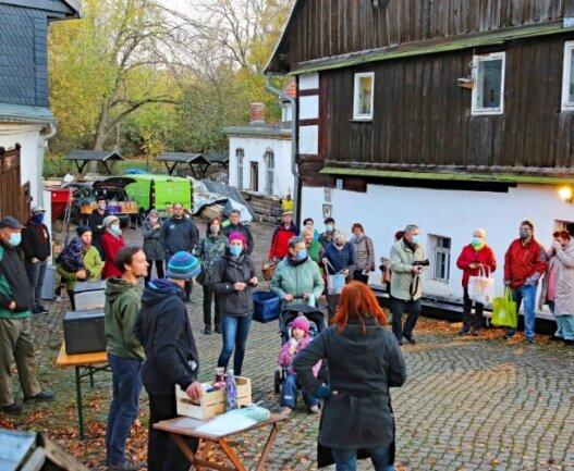 Einkauf mit Maske: Mehr als 60 Kunden haben am Donnerstagabend das Angebot in der Gräfenmühle genutzt.