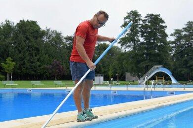 Bademeister Frank Meinel ist auch an geschlossenen Tagen im Markneukirchner Rudolf-Thiele-Bad, hält die Schwimmbecken sauber und kümmert sich um die Außenanlagen sowie die Technik im Bad.
