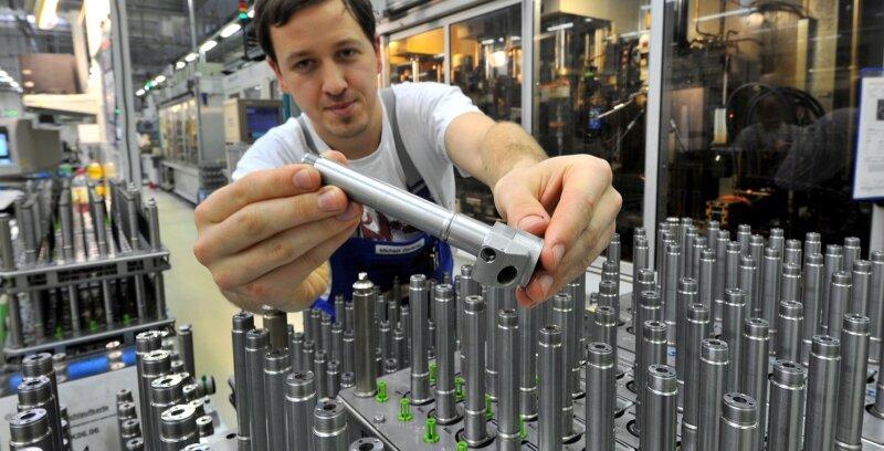 """<p class=""""artikelinhalt"""">Bei Continental in Limbach-Oberfrohna - im Bild Maschinenbediener Michael Zenkner bei der Kontrolle von Injektoren für Dieseleinspritzsysteme - sollen in diesem Jahr zehn Millionen Injektoren hergestellt werden, 25 Prozent mehr als im Vorjahr. </p>"""