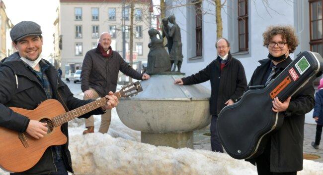 Treff am Klatschweiberbrunnen in Freiberg: Die Musiker Gerard Donnelly (links) und Kristian Schulze (rechts) mit den Rotariern Helmut Mischo und Michael Schlömann von der TU Bergakademie (hinten v. l.).