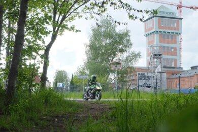 Auch zum Bergbaumuseum in Oelsnitz führten einst Gleise der Kohlebahn. An dieser Stelle neben der Feldstraße erreichen die Radler über den neuen Radweg künftig die Pflockenstraße.