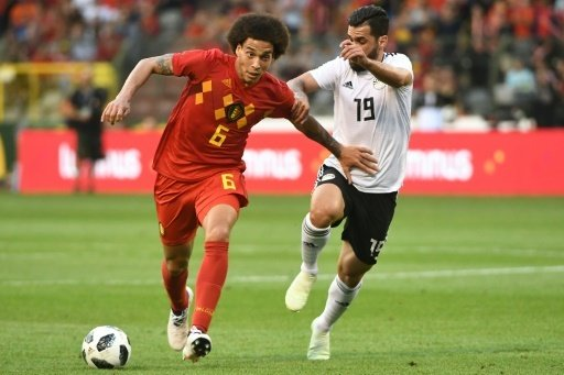 Belgiens Axel Witsel (l.) im Duell mit Abdallah Saied