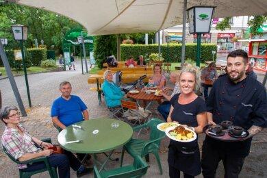 Im Vogtlandgarten verzeichnen Chefin Diana Jungmichel und Mitarbeiter Soufian Hamza im Außenbereich regen Betrieb. Die geplante Jubiläumsfeier muss dennoch verschoben werden.