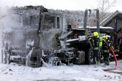 Die Feuerwehr konnte nicht viel von dem Lkw retten.