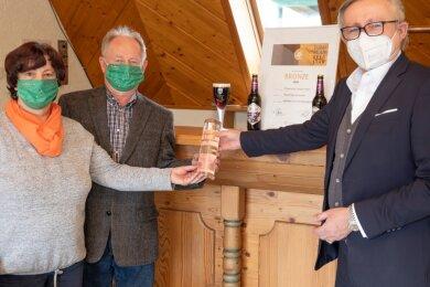 Roland Demleitner (r.), Geschäftsführer des Verbandes Private Brauereien Deutschland überbrachte den Pokal und die Urkunde persönlich an Christian und Christina Fiedler.