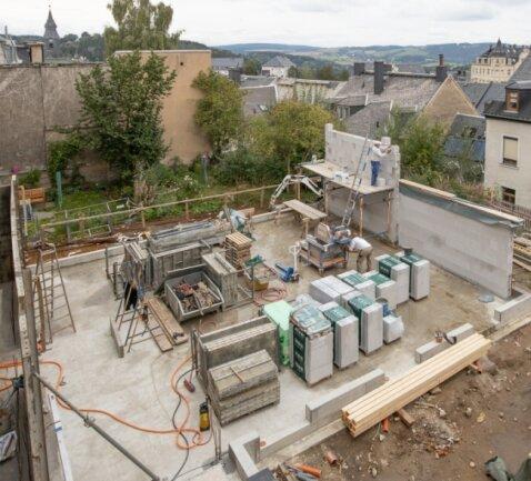 Die Bodenplatte für den Saal des neuen Gemeindezentrums in Annaberg-Buchholz steht. Nun werden die Außenwände hochgezogen.