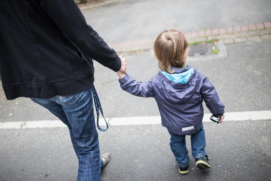 Mancherorts bringt Corona die Kinderbetreuung durcheinander. Müssen Eltern normal zahlen?