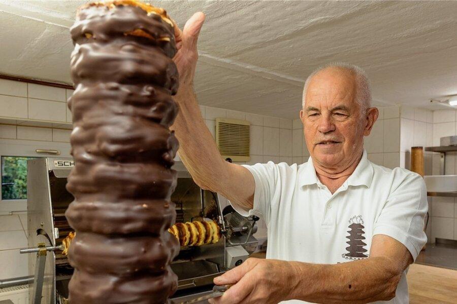 Rainer Weißbach bietet in Schwarzenberg süße Spezialitäten an. Der gelernte Bäcker und Konditor stellt Baumkuchen her.