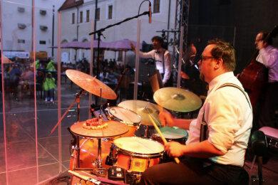 Schlagzeuger Michael Winkler von der Little Big Band spielte wie fast alle Mitwirkenden hinter einer Plexiglaswand.