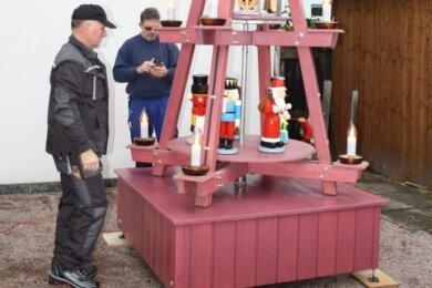 Erster Probelauf mit Figuren: Jens Schubert (links) und Jens Schuster mit ihrer selbst gebauten Weihnachtspyramide.