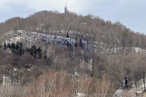 Die Deutschlandschachthalde ist zur Oelsnitzer Landmarke geworden. Seit 2000 gibt es auf dem Plateau auch einen Aussichtsturm. Die oberste Plattform befindet sich in reichlich 512 Metern Höhe über Null.