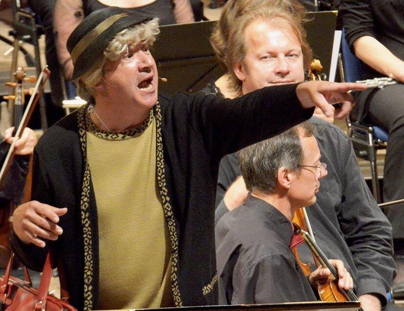 Typisch sächsisch: Tom Pauls in seiner Paraderolle als Ilse Bähnert, hier auf der Zwickauer Freilichtbühne. Die llse-Bähnert-Stiftung widmet sich unter anderem der Pflege der sächsischen Sprache.