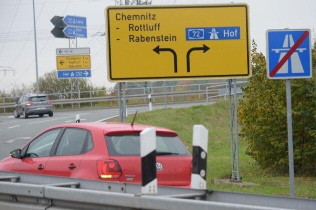 Die Autobahnabfahrt am neuen Autobahnzubringer: Wegweiser nach Rabenstein zeigen noch immer in die falsche Richtung.