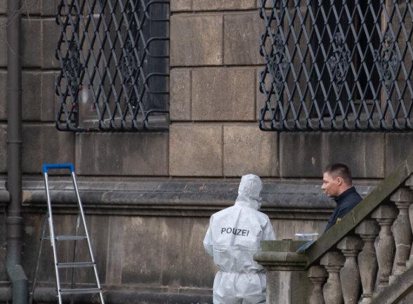 Polizisten neben dem durchtrennten Gitterfenster des Grünen Gewölbes am Residenzschloss.