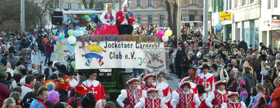 Menschenmassen säumten die Neundorfer Straße, als die Wagenkolonne der vogtländischen Karnevalisten in Richtung Altmarkt zog.