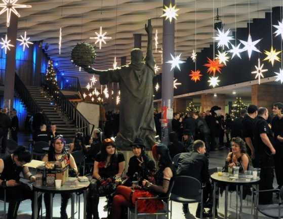 Düstere Leute unterm Galileo: Alle Jahre wieder feiern die Anhänger der Dark-Szene Weihnachten in der Stadthalle.