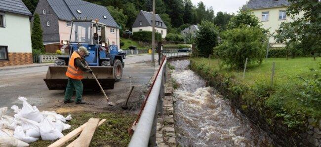 Am Mittwoch war der Pegel wieder gesunken. Die Fließgeschwindigkeit des Wassers war aber noch sehr hoch. Im Umfeld von Steinbach und Preßnitz hatte die Flut deutliche Spuren hinterlassen.
