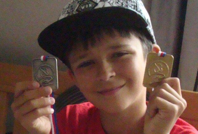 Leon Heydrich mit seinen beiden Medaillen von der diesjährigen Goldwasch-Weltmeisterschaft.