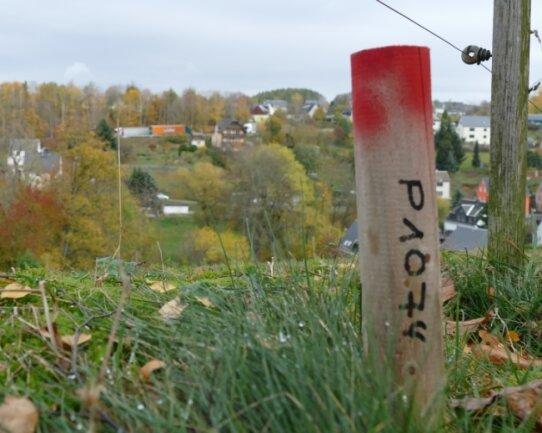 Für die mögliche Trasse einer Umgehungsstraße sind in Hohndorf schon Markierungspunkte gesetzt worden.