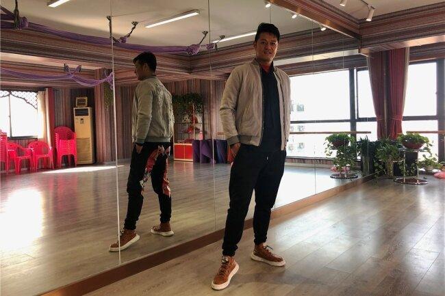 Tanzlehrer Dong Haokun wartet in seinem Studio auf die Kundinnen. Während der Pandemie hat er sich mit Yoga und Meditation beruhigt.