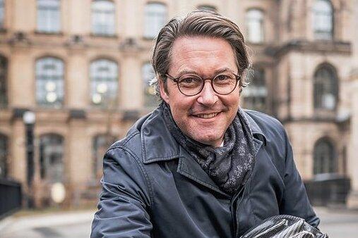 Der Selbstdarsteller: Bundesverkehrsminister und Autonarr Andreas Scheuer (CSU) als radelnder Politiker mit Helm.