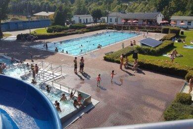 Das Neuhausener Freibad wurde in jüngster Zeit modernisiert und zählt mit seinen Anlagen zu den Sommerattraktionen in der Schwartenberggemeinde.
