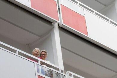 Sie gehört zu den Glücklichen im Seniorenalter, die barrierefrei oder zumindest barrierearm wohnen: Gudrun Eichhorn (links), im Bild mit Cathrin Böswetter, Leiterin im Wohngebiets-Treff der WBG Plauen.