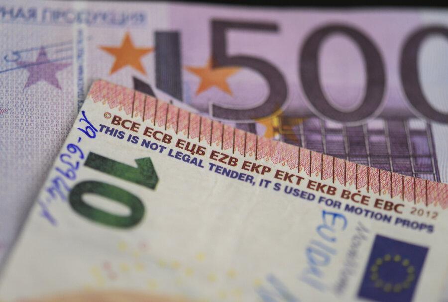 """Gefälschte Euro-Banknoten. Bei einem Teil der vermehrt sichergestellten Scheine handelt es sich um legal verkäufliche """"Movie Money"""" - verkleinerte Replikate von echten Noten, die zum Spielen oder in Film- und Bühnenproduktionen eingesetzt werden können."""