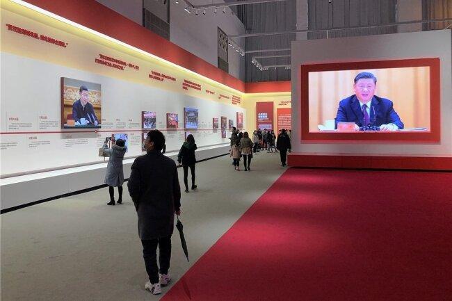 """In der Propaganda-Ausstellung über den """"heroischen"""" Viruskampf feiert die chinesische Regierung ihren Sieg über die Pandemie."""