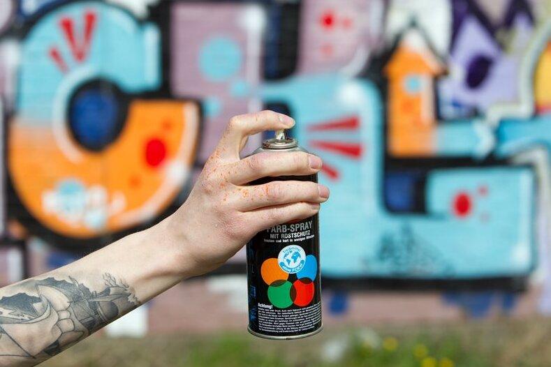140 Quadratmeter eines Zuges in Zwickau mit Graffiti besprüht