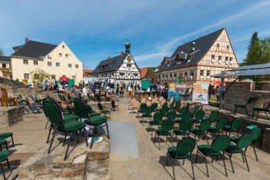 Leere Stühle von 66 Gastronomieunternehmen des Erzgebirges standen im Areal der Saigerhütte Olbernhau.