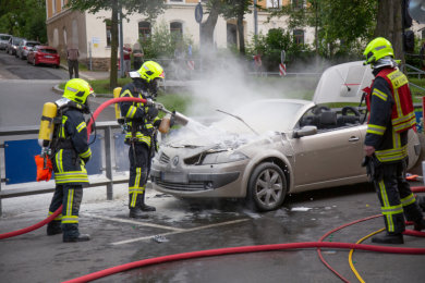 Ein Renault Cabrio ist am Mittwochnachmittag auf der Adam-Ries-Straße in Annaberg-Buchholz in Brand geraten.