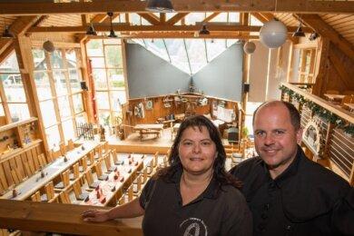 Mandy und Jens Wagner stehen auf der Empore im Huthaus des Abenteuerbergwerks Fortuna-Stolln. Dort haben trotz Corona-Auflagen problemlos bis zu 60 Personen Platz.