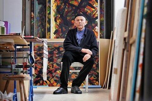 Eine unverkennbare Handschrift zeichnet seine Kunst aus: Max Uhlig im Atelier in Dresden.