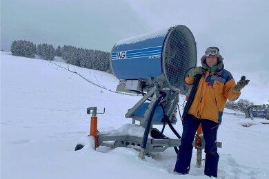 Alexander Richter am tief verschneiten und leeren Skihang in Holzhau. Die Schneekanone stellte er zum Verkauf ins Netz.