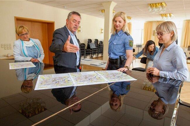 Lagebesprechung mit OB Ralf Oberdorfer im Vogtlandkonservatorium: In der vergangenen Woche informierten Verantwortliche erstmals über die drohende Evakuierungsaktion.
