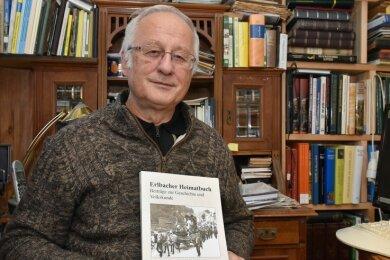 """Beliebte Lektüre im oberen Vogtland: Helmuth Eßbach mit seinem """"Erlbacher Heimatbuch""""."""