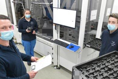 Nick Uhle (l.) hat bei Saxonia Galvanik gelernt, später seinen Industriemeister gemacht und ist seit 2020 Ausbilder bei der Firma in Halsbrücke. Jasmin Bänsch und Julian Moschyk aus dem zweiten Lehrjahr haben den Beruf des Oberflächenbeschichters nach einer Woche der offenen Unternehmen und Praktika im Jugendtechnikhaus in Freiberg gewählt.