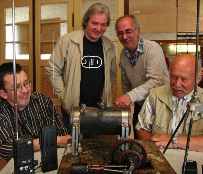 """<p class=""""artikelinhalt"""">Sie interessieren sich für Technik aller Art. Frank Damm, Klaus Frischholz, Ehrenfried Scholz und Ehrenmitglied Wolfgang Kuhnert (v. l.) begutachten eine Dampfmaschine.</p>"""