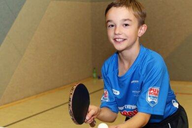 Tischtennistalent Lenny Schubert aus Tannenberg hat die Erzgebirgsmeisterschaft dominiert. Der Zwölfjährige gewann zwei Titel und heizte auch den Älteren kräftig ein.