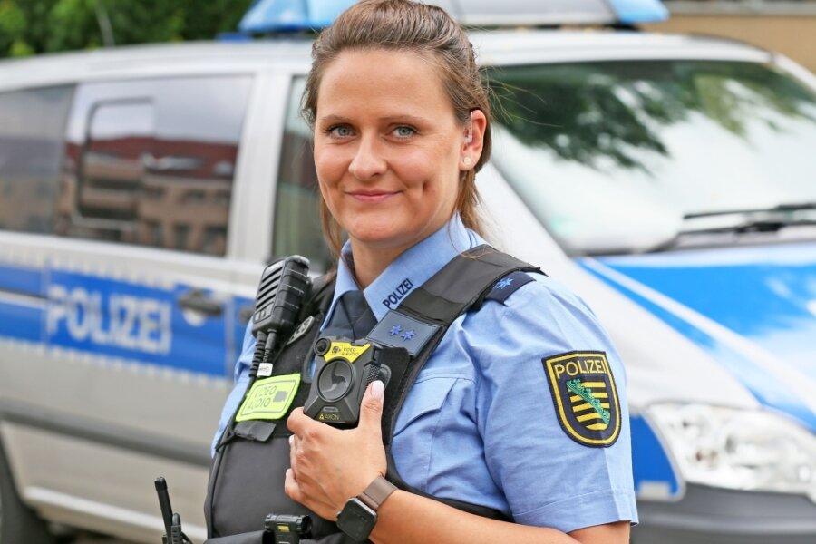 Polizistin Christiane Maul präsentiert die neue Bodycam, die direkt am Körper getragen wird.